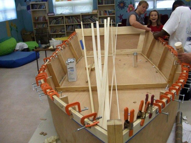 A construção do Bevin's Skiff é encorajada com crianças (Fonte: The Virgin Pilots)