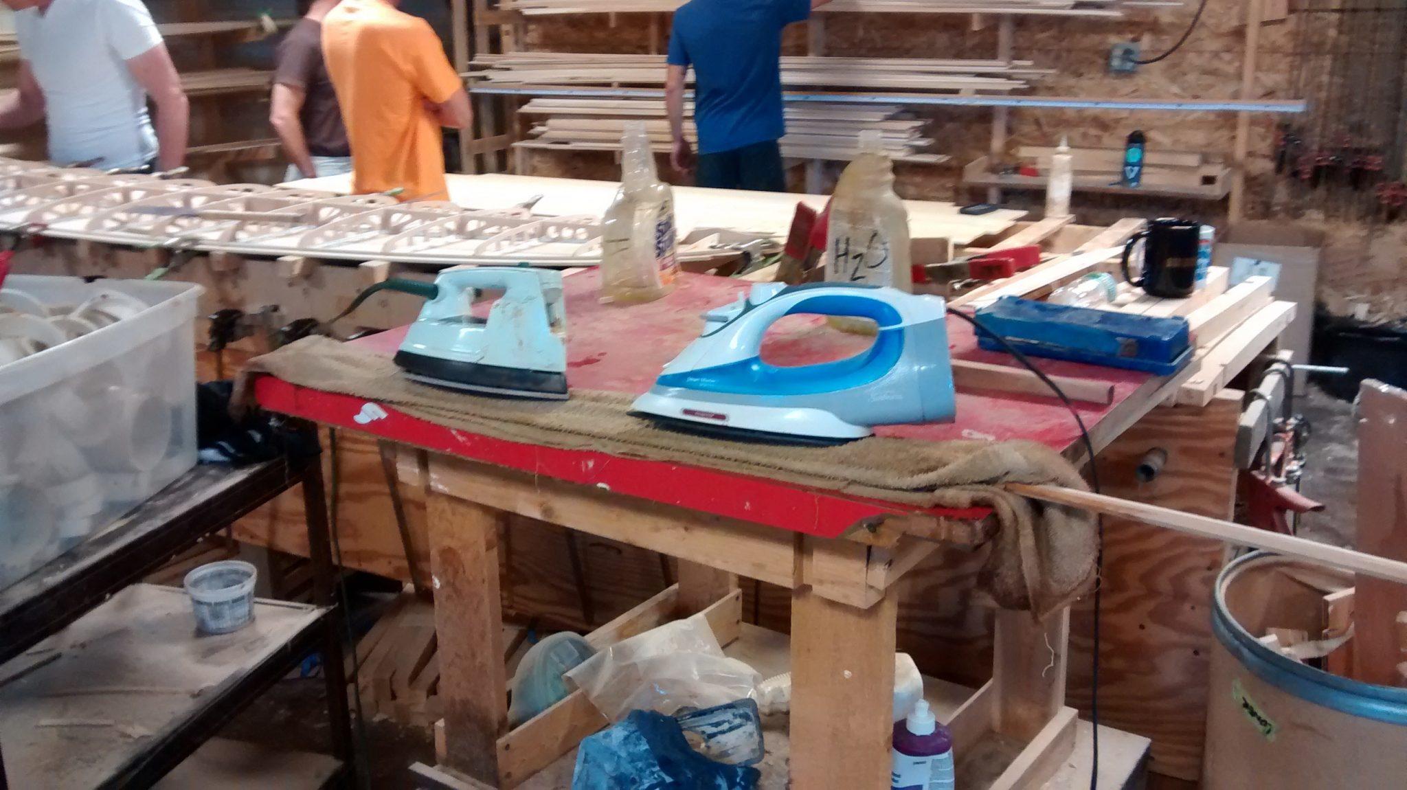 Ripa de prancha de surf sendo aquecida com ferro a vapor (fonte: Cassio Neres)